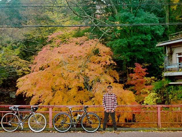 サイクリストネルと紅葉狩りのイメージ写真